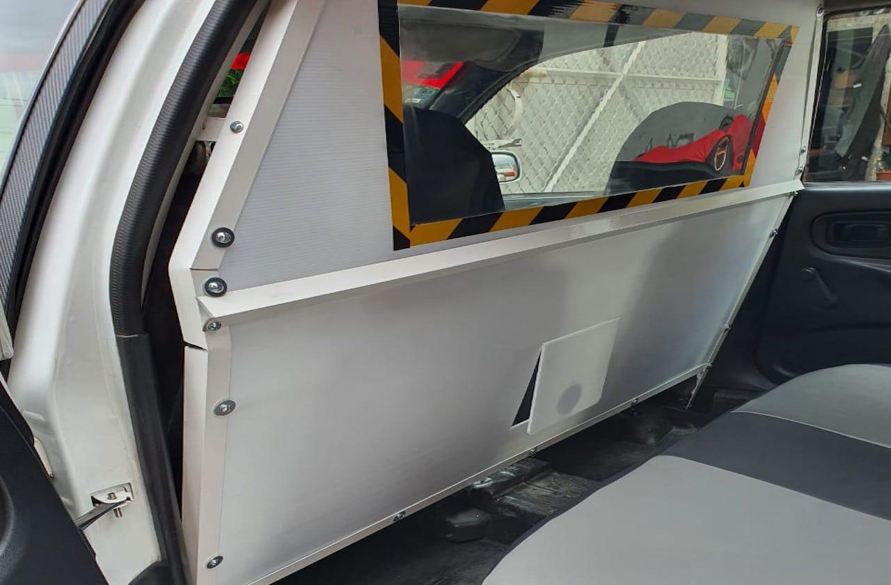 Taxistas xalapeños crean panel aislante para protegerse de covid