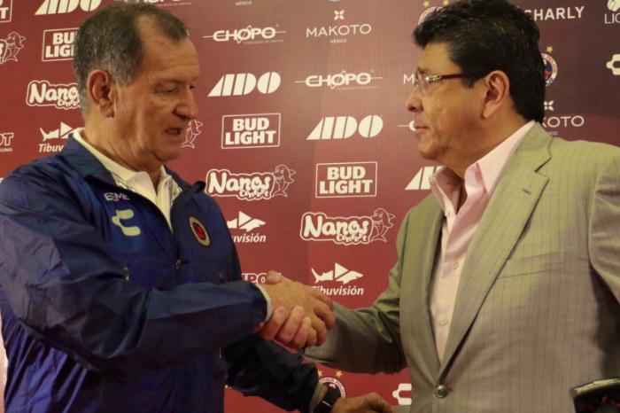 Fidel Kuri presenta a Enrique Meza como nuevo técnico de los Tiburones Rojos