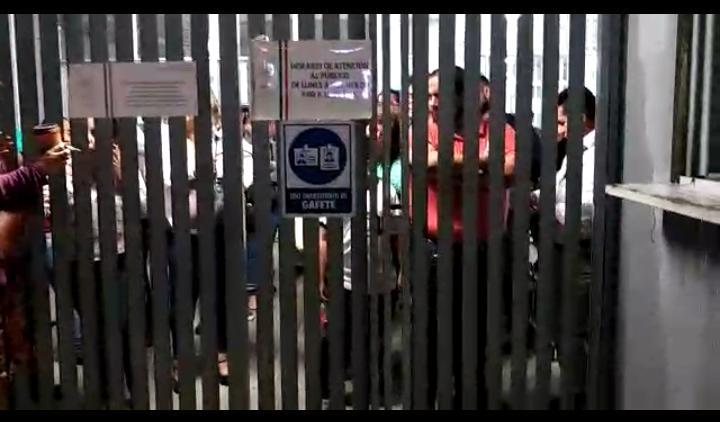 Encierran a trabajadores y civiles en delegaciones de la SCT y Sedesol
