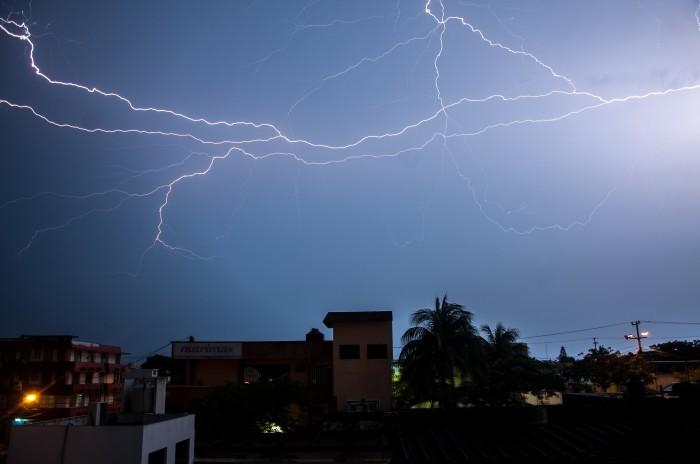 En próximas horas, chubascos y tormentas en centro y sur del estado: PC