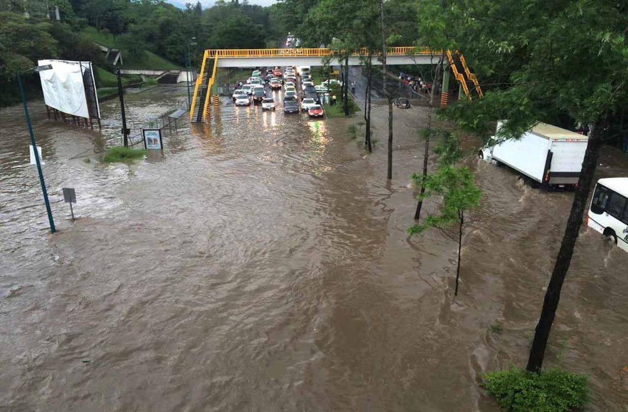Tormenta provoca inundaciones en Xalapa