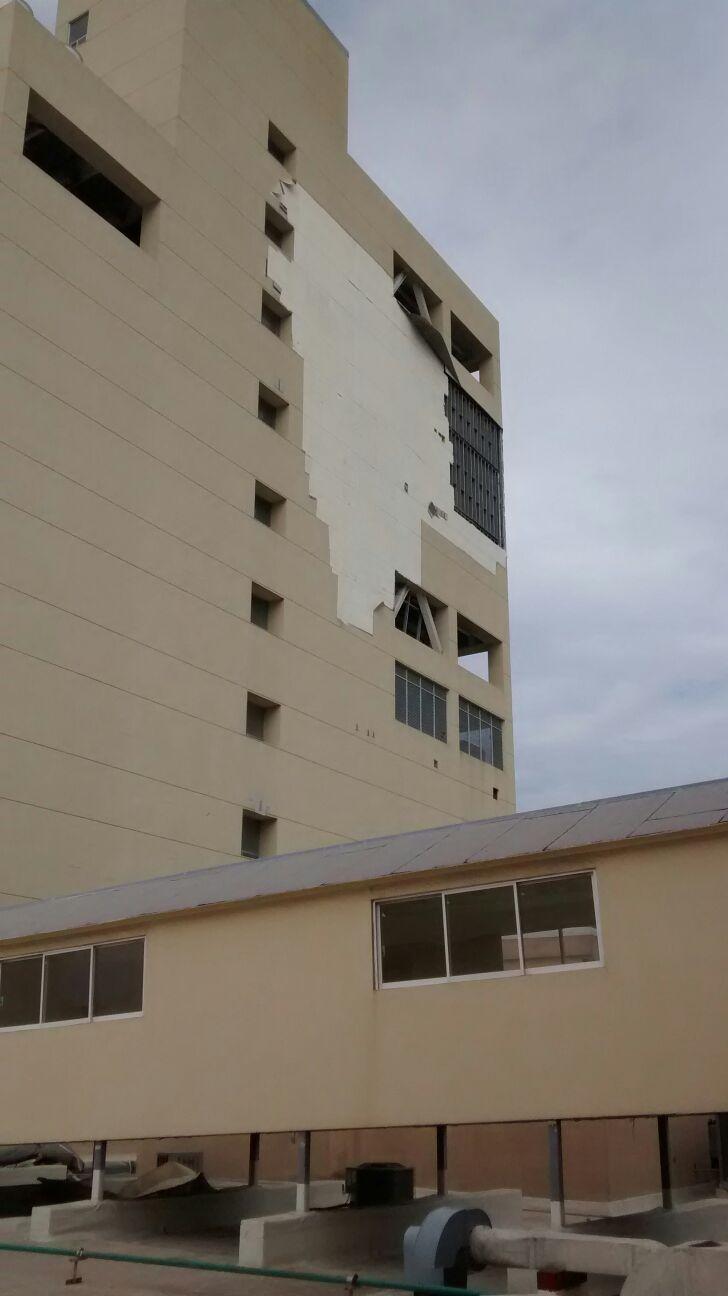 Fuerte viento desprendió parte del recubrimiento ahulado de Torre Pediátrica