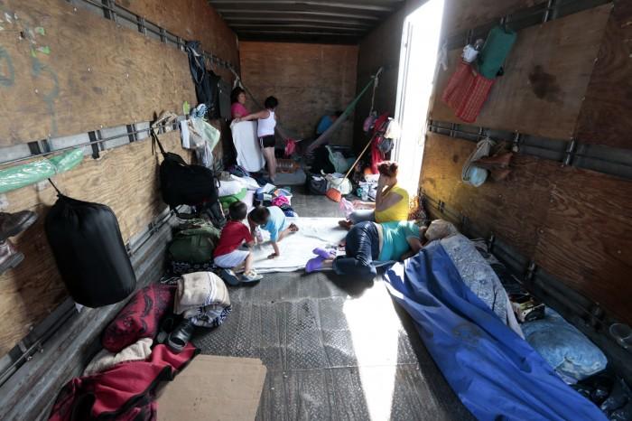 Vacacionan seis familias a bordo de un torton