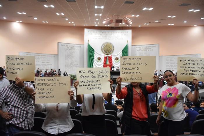 Protestan ex trabajadores del Congreso de Veracruz, exigen su reinstalación