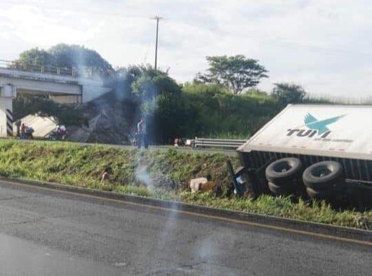 Tráiler se accidenta y habitantes roban mercancía, en Cosamaloapan