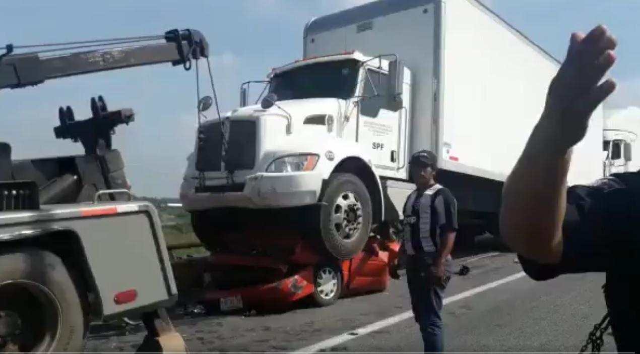 Tráiler aplasta automóvil conducido por trabajadores de CAPUFE