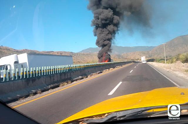 Tráiler se incendia en autopista Córdoba-Puebla