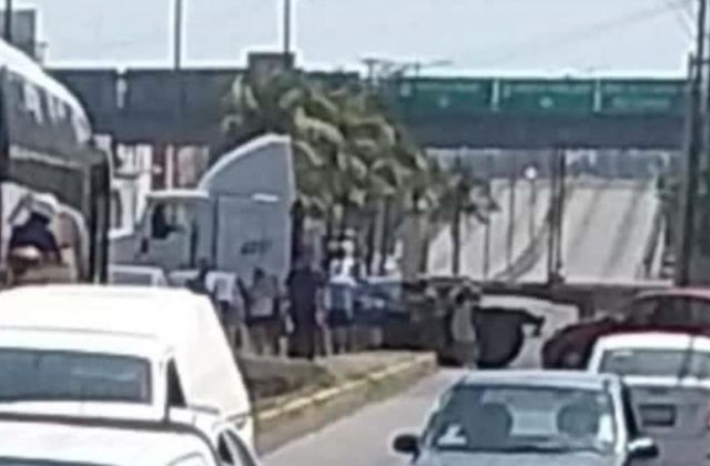 Trailer causa choque al intentar maniobrar, en Veracruz