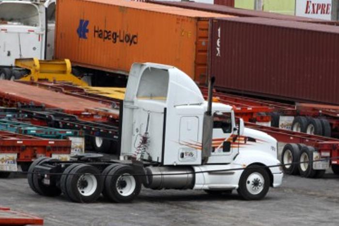 Mujeres son acosadas por traileros en el puerto de Veracruz