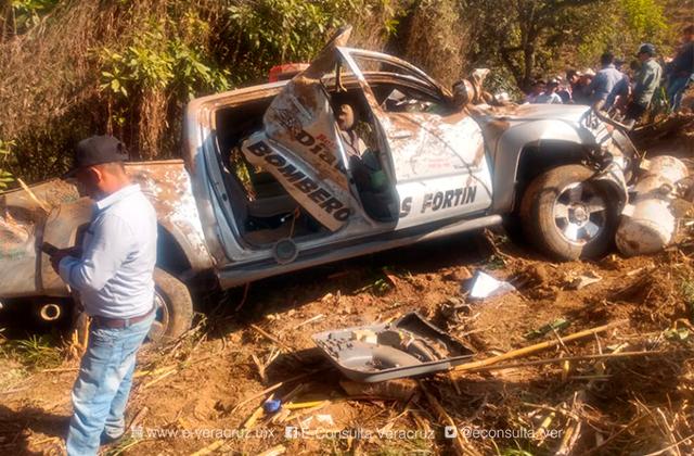 Vuelcan bomberos en Calcahualco; hay 3 muertos, entre ellos un menor