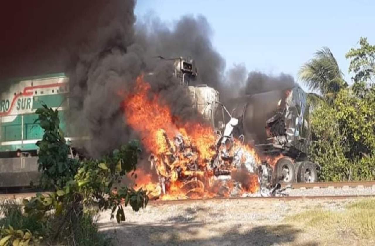 Tras chocar con tren, pipa explota en limites de Oteapan y Chinameca