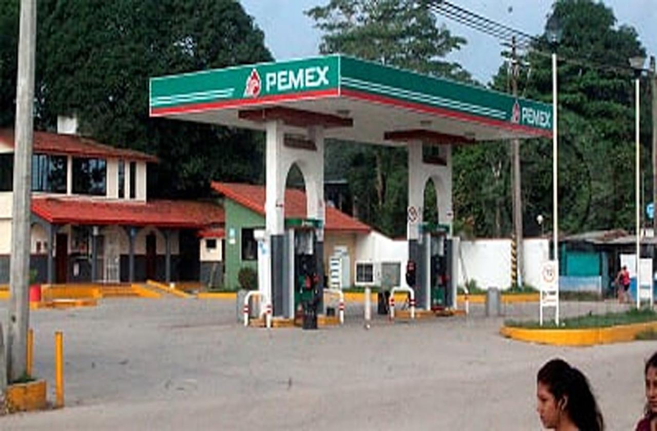 Tras hacerse pasar como clientes, asaltan gasolinera en Las Choapas