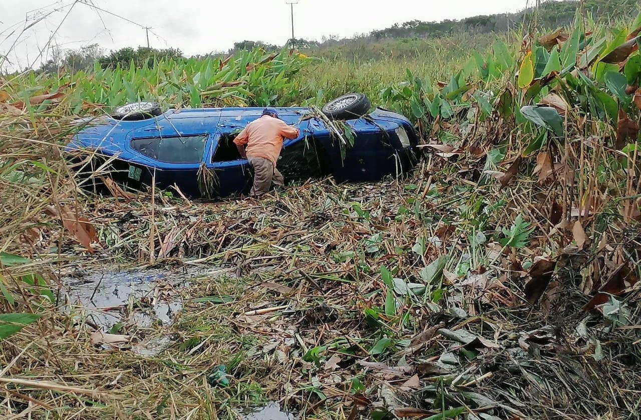 Tras ponchadura, auto se sale del camino en Las Matas