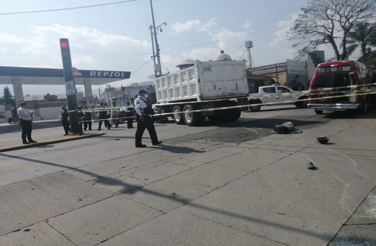Tras ser atropellado por camión, motociclista muere en Orizaba