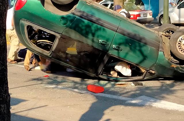 Tras volcadura dos personas resultan lesionadas, en Orizaba