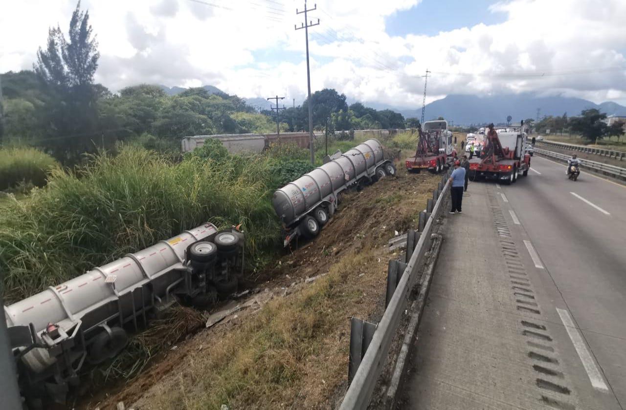 Tras volcar, pipa paraliza tránsito en autopista Orizaba-Fortín