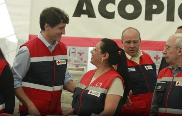 Trudeau empaca ayuda para damnificados en Cruz Roja