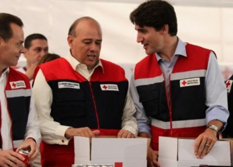 Justin Trudeau ayuda a armar despensas en la Cruz Roja