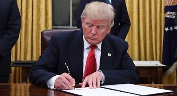 Día 11: Trump va por desregulación; arremete contra críticos de veto migratorio