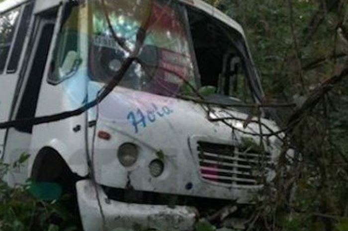 Al menos seis heridos por caída de autobús a barranco en Tuxpan