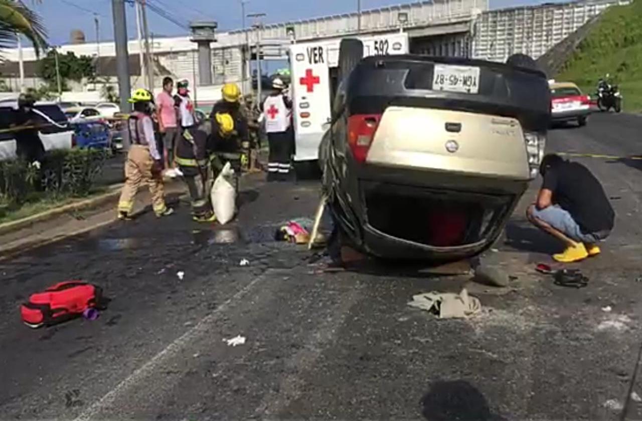 Un muerto y 2 heridos deja volcadura en carretera Veracruz-Xalapa