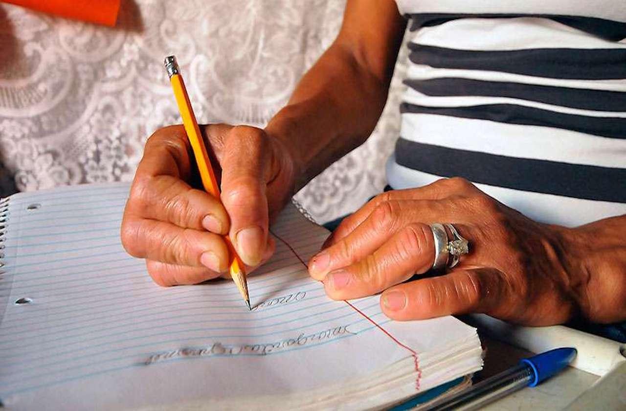 UNAM revela baja escolaridad de fallecidos por covid