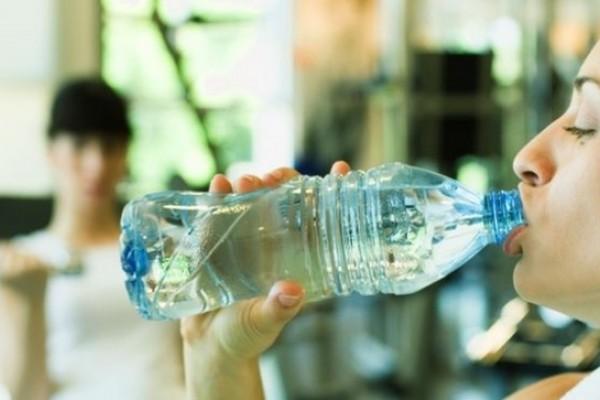 Expertos recomiendan no reutilizar las botellas de agua