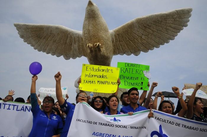 Javier Duarte torpedea a la UV; universitarios mantienen marcha