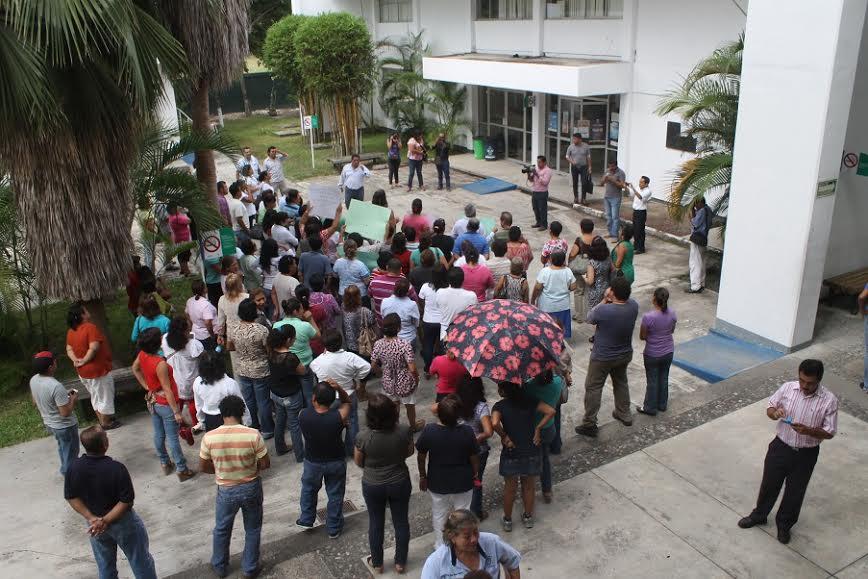 Marchan integrantes del SETSUV contra la UV