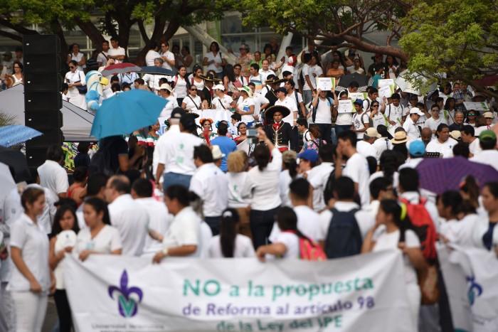 Con plantón exigen al Gobierno de Veracruz saldar deuda con la UV