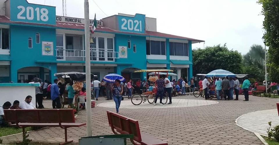 Retienen a maestros y funcionarios en ayuntamiento de Uxpanapa