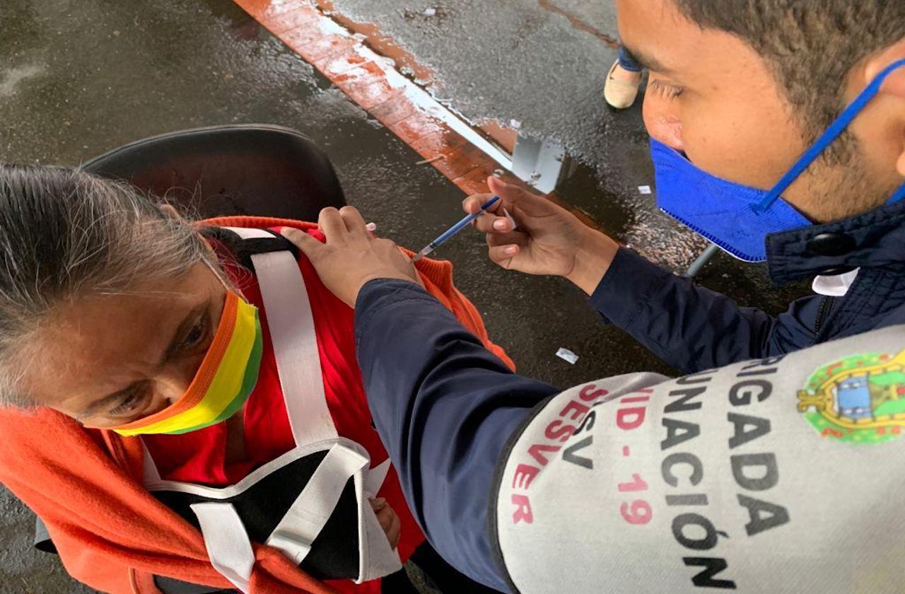 Vacuna covid ya llegó a 188 municipios veracruzanos; restan 24