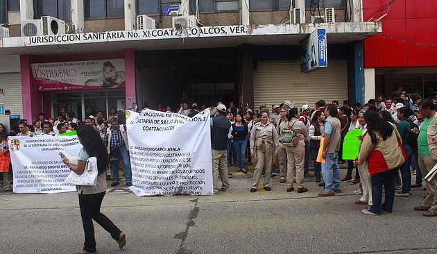Personal de Vectores denuncia entrega irregular de plazas, en Coatzacoalcos