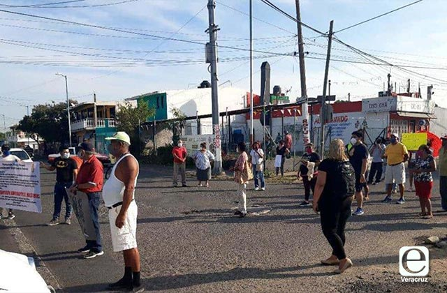 Por calles dañadas y falta de drenaje se manifiestan en el Puerto