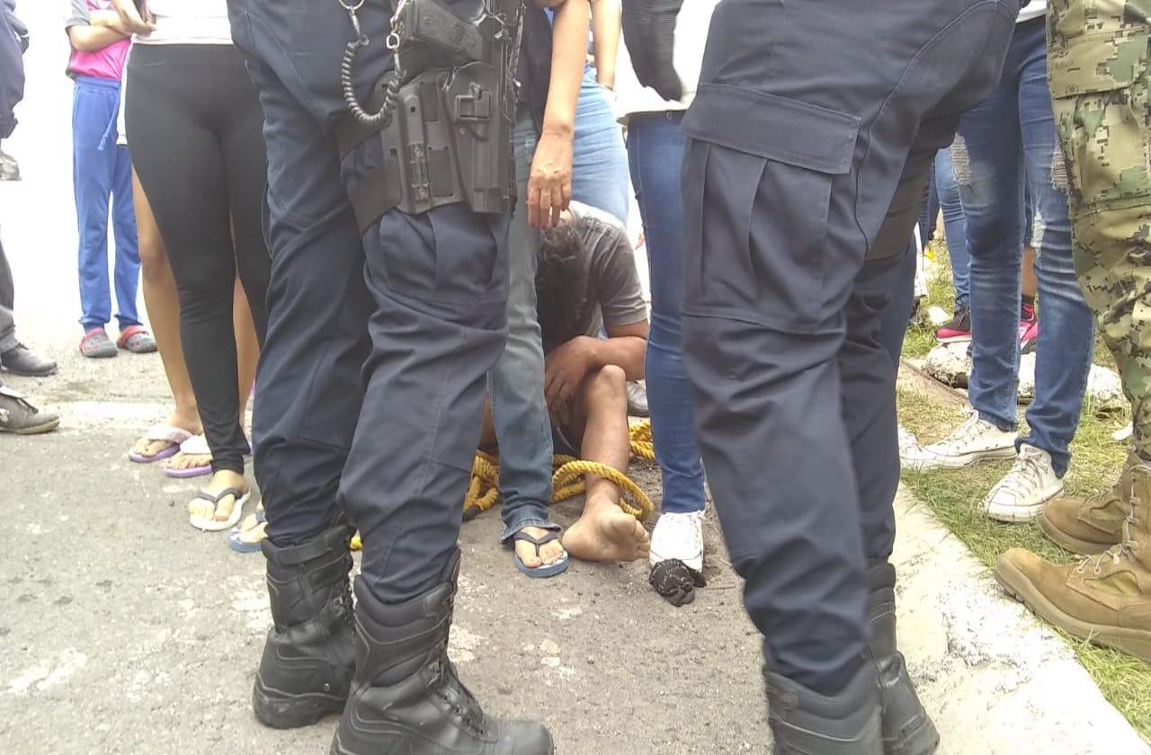 Vecinos detienen y amarran a pregunto ladrón, en Veracruz