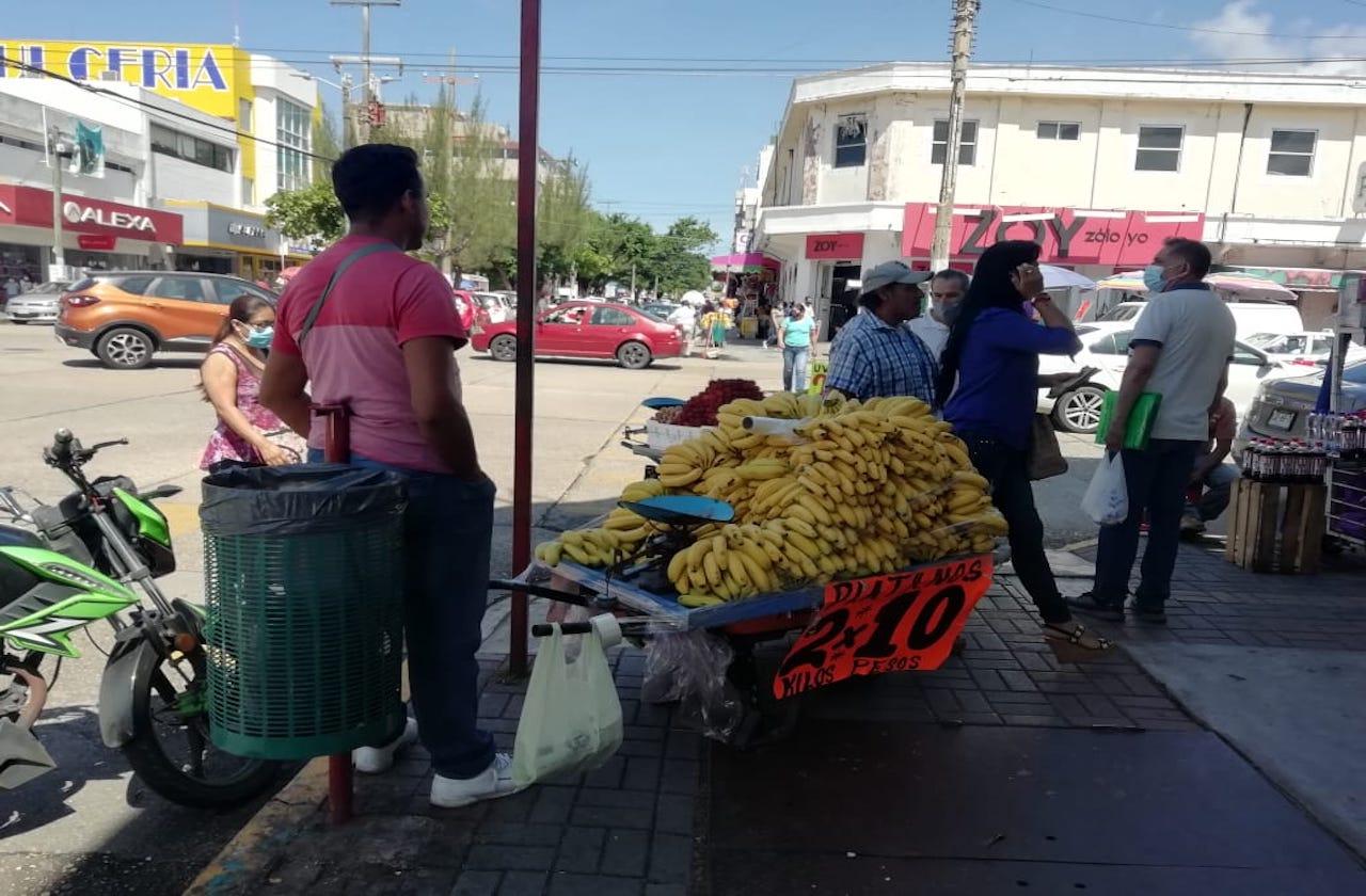 Vendedores con carretillas abarrotan el centro de Coatza