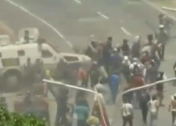 VIDEO: Así arrolló una tanque militar a grupo de opositores venezolanos