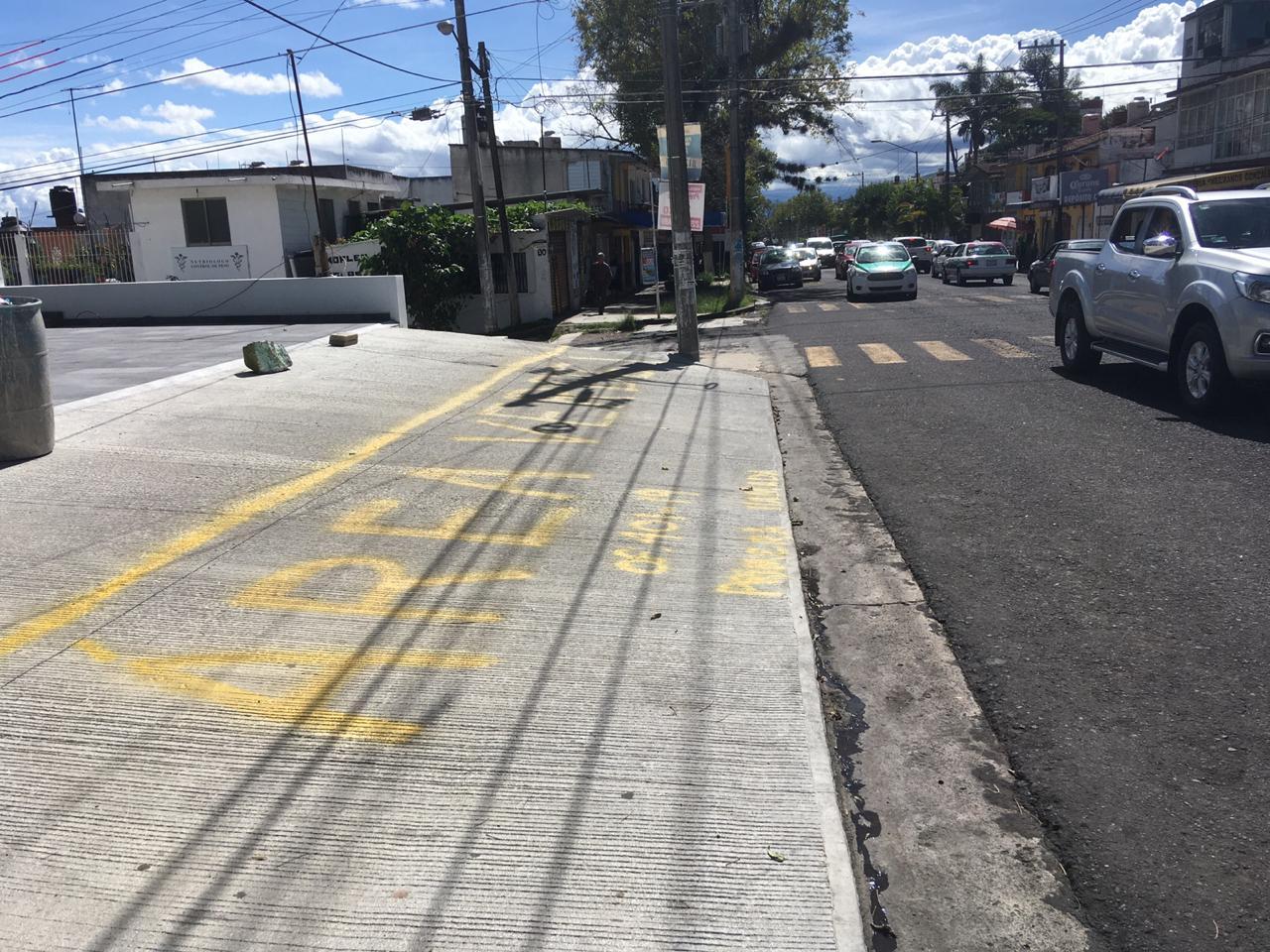 Con pintas vecinos reclaman por destrucción de áreas verdes, en Xalapa
