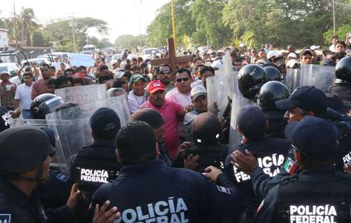 A golpes y empujones el Viacrucis del Migrante rompe cerco policiaco