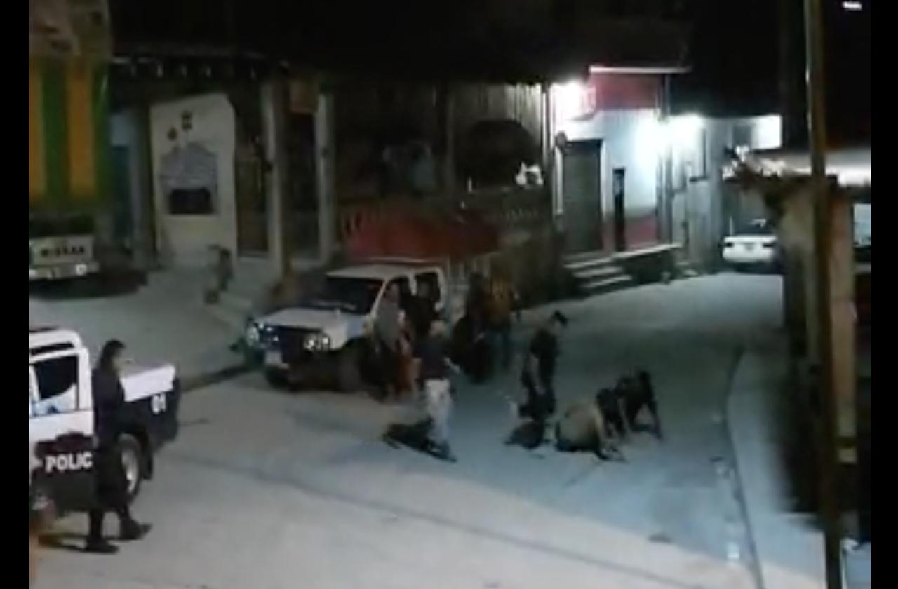Video | Así policías de Mixtla patearon a joven en el suelo