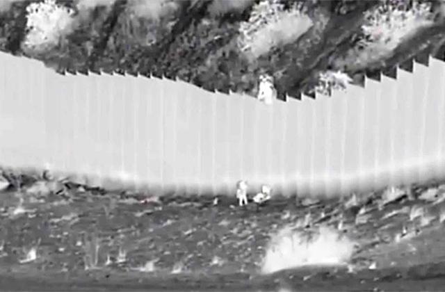 #Vídeo | Polleros lanzan a 2 niñas de un muro en la frontera norte
