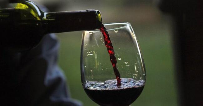 Así como lo lees: una copa de vino tinto equivale a una hora de gym