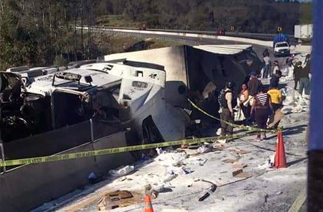 Volca camión con abarrotes y desata rapiña en Tlacolulan
