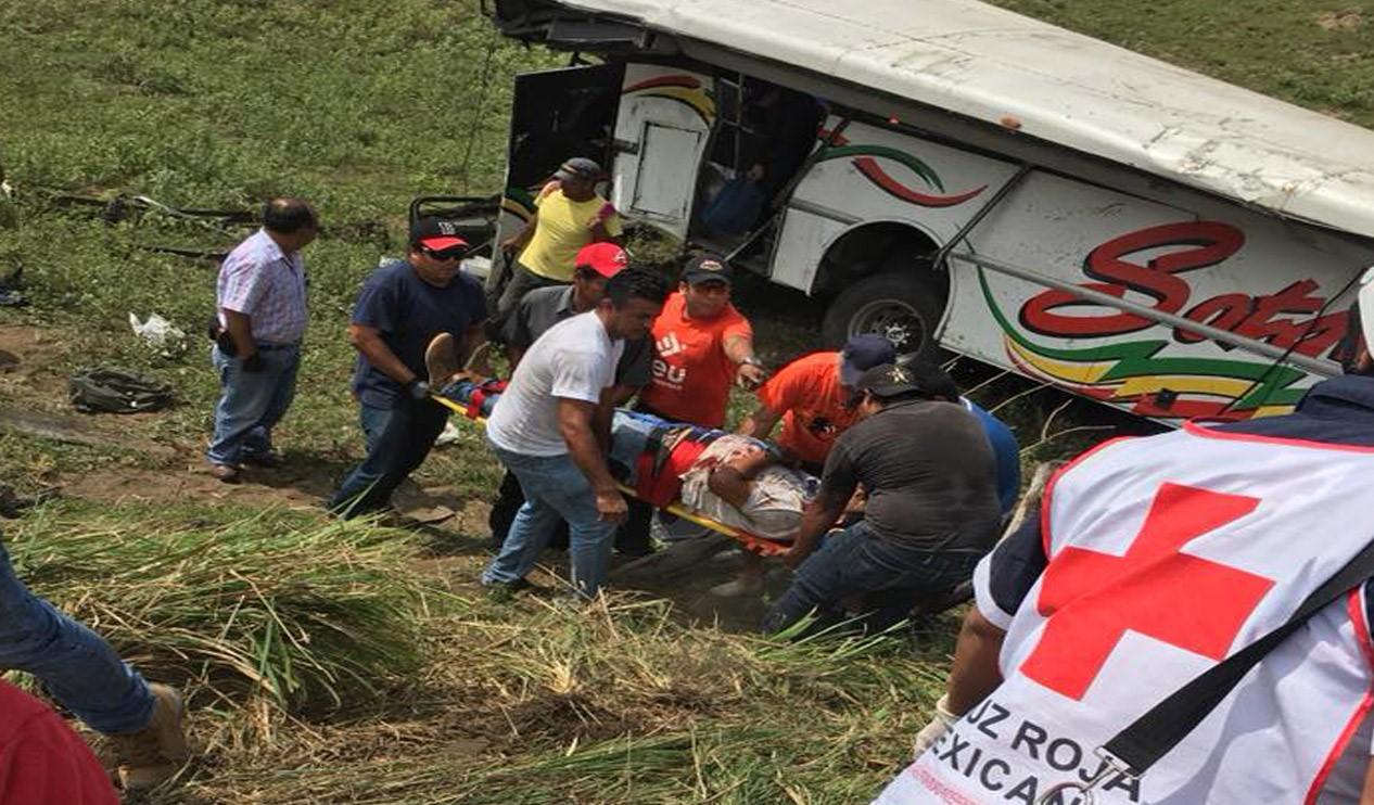 Vuelca autobús cerca de Tlacotalpan, Veracruz