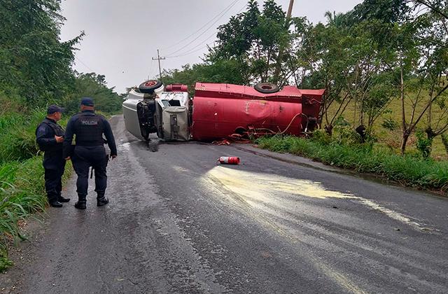 Vuelca pipa de Pemex en carretera de Las Choapas