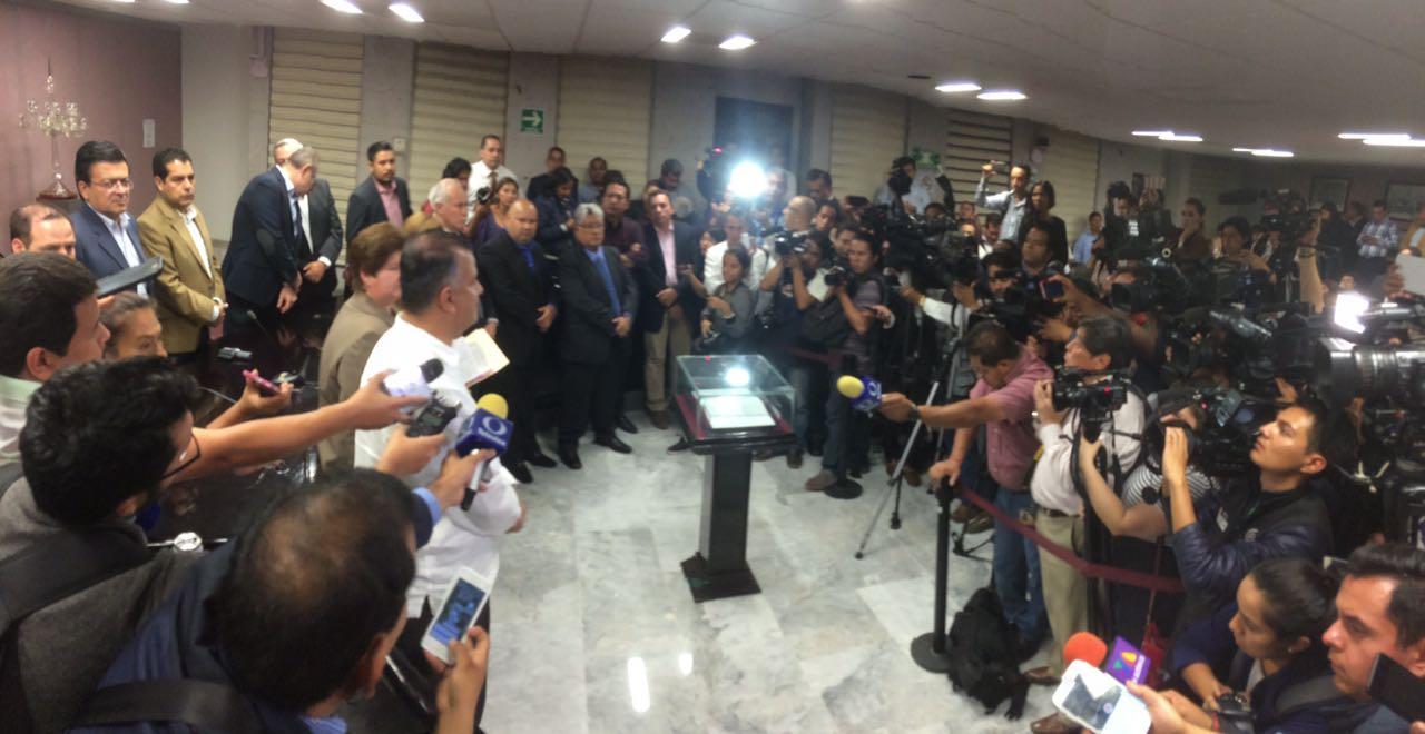 Diputados de oposición toman la tribuna de la permanente de Veracruz