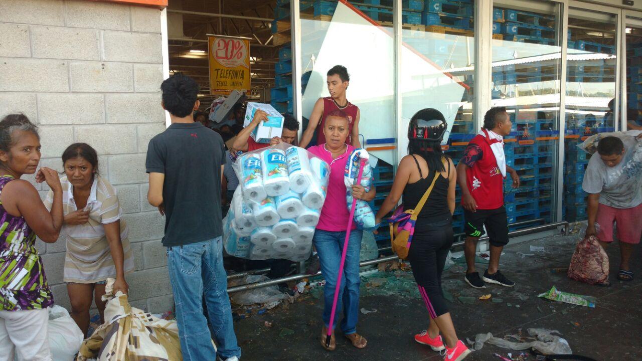 Continúan saqueos, SSP blinda plazas comerciales de Veracruz