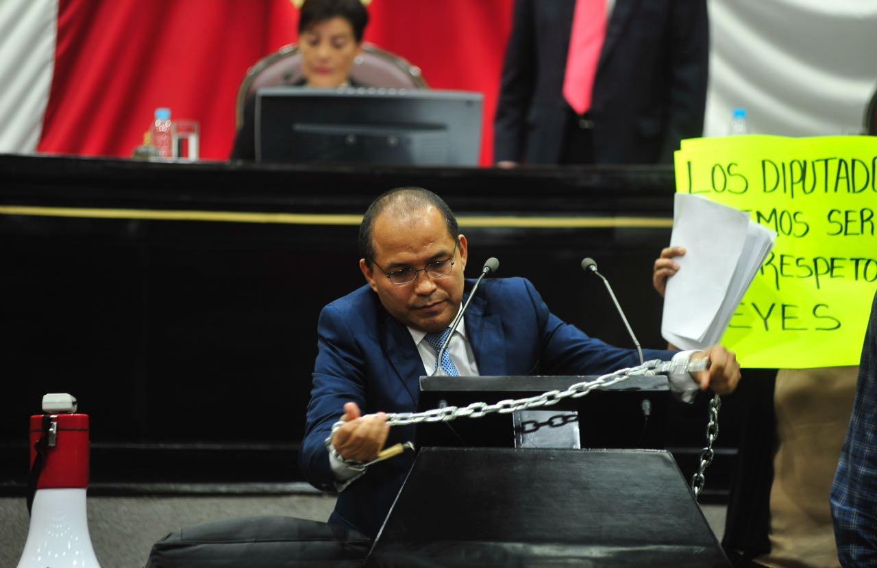 Diputado se encadena en el Congreso por reducción de regidurías