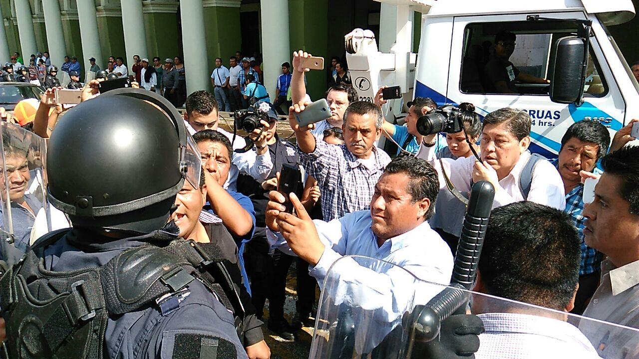 Desalojan policías antimotines a inconformes de Soledad Atzompa