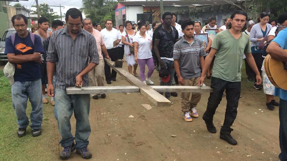 Migrantes y activistas realizan viacrucis en la zona sur de Veracruz